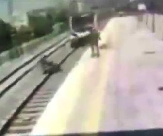 【動画】電車が迫って来るが線路に飛び降りた女性を男性が助けようする衝撃映像