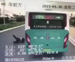 【動画】急いでいる男性がバスを降り、走って道を渡ろうとするが…