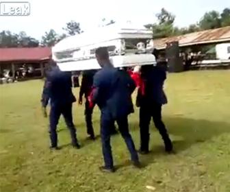 【動画】葬儀で棺桶を担ぎ踊るダンサー達が誤って棺桶を落としてしまう衝撃映像
