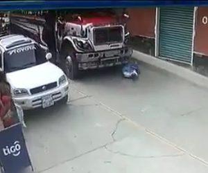 【動画】道を渡るお婆さんがトラックの死角に入ってしまい轢かれてしまう衝撃事故