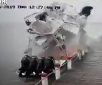 【動画】ボートが突然爆発し乗っていた観光客が吹き飛ばされてしまう衝撃映像
