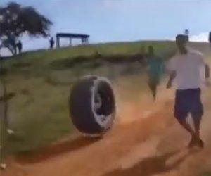 【動画】男性がタイヤの中に入り猛スピードで丘を転がり落ちる衝撃映像