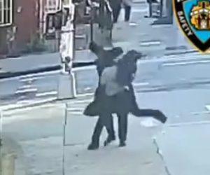 【動画】歩道を歩くユダヤ人男性を後ろからぶん殴り走って逃げる男