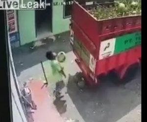 【動画】トラックの荷台に3キロのガスボンベを投げて乗せる作業員に悲劇が…