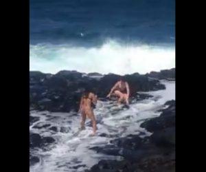 【動画】水着女性2人が岩場で写真を撮っているが大波が…