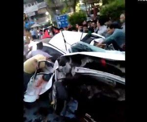 【動画】猛スピードの車が電柱に激突し車が半分に折れる衝撃映像