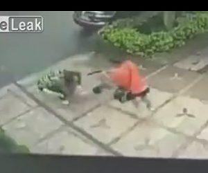【閲覧注意動画】銃を持った殺し屋が男性に後ろから近寄り至近距離から…