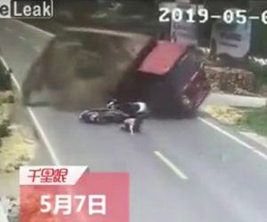 【動画】スクーター2台が転倒。トラックも横転し積み荷の砂がスクーター運転手に…