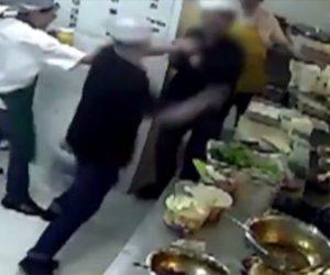 【動画】厨房でシェフ2人が喧嘩。包丁で斬りかかり同僚が必死に止めるが…