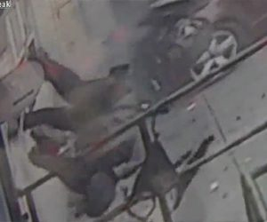 【動画】猛スピードの車が歩行者をはね飛ばし壁に激突する衝撃事故