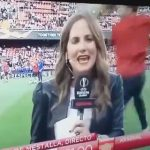 【動画】サッカースタジアムで女性レポーターの頭にボールが直撃してしまう衝撃映像