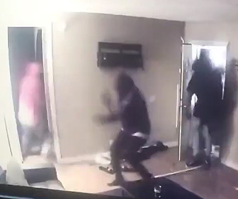 【動画】家主が銃で待ち構えている所に強盗4人が家に押し入り…