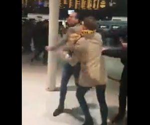 【動画】サッカーサポーターが喧嘩。男性が背の高い男に詰め寄るが強烈な一撃で殴り倒される