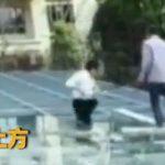 【動画】屋根にガラスを運ぶ作業中、作業員が誤って屋根から落下してしまう衝撃映像