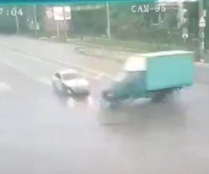 【動画】交差点で猛スピードのフォルクスワーゲンとトラックが激突し炎上する衝撃事故映像