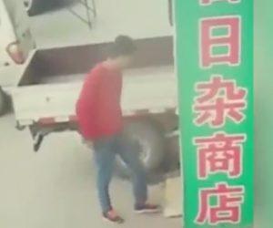 【閲覧注意動画】建物の一部が崩れ男性に直撃してしまう恐ろしい衝撃映像