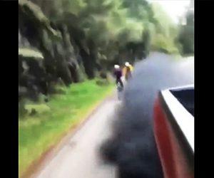 【動画】トラックがロードバイカー達に黒煙を吹きかける嫌がらせ