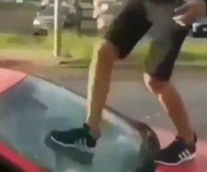 【動画】酔っ払って車の上に登りリアガラスを蹴り割る男に天罰が下る