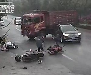 【動画】3台のスクーターが接触し転倒した所にダンプカーがスリップして突っ込んで来る