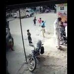 【動画】道で踊って遊ぶ子供が突然走り出し、猛スピードのバスに轢かれてしまう衝撃事故映像