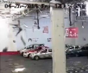 【動画】整備工場の屋根から男性が落下し床に叩きつけられる衝撃映像