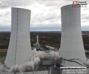【動画】火力発電所の冷却塔2つを爆破解体。一瞬で巨大な2塔が姿消す衝撃映像