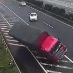 【動画】高速道路で出口を行き過ぎ停車した車に後続のトラックが…