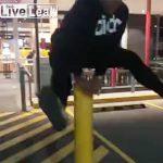 【動画】女性が車止めのポールを飛び越えようとするが…