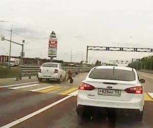 【動画】横断歩道を渡る15歳少女が猛スピードの車にはね飛ばされる衝撃事故映像