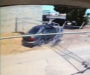 【動画】警察車両から逃げる車がフェンスをなぎ倒し近道をして警察車両を振り切る
