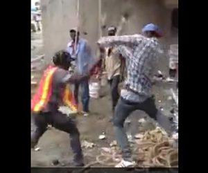 【動画】建設労働者がシャベルで同僚に殴りかかる衝撃映像