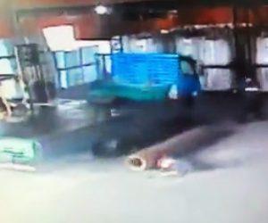 【動画】フォークリフトで重い管を乗せようとするが落下してしまい作業員の足が…