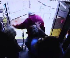 【動画】足の悪いおじいさんをバスから突き落とす女。おじいさんは頭を強打してしまう