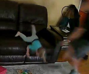 【動画】ソファーから落ちそうになる赤ちゃんをお父さんが助ける