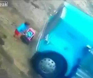 【動画】トラックの前にいる赤ちゃんに気付かずトラックが動き出してしまい…