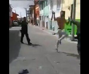 【動画】マチェーテを持った男が銃を持った警察官に襲いかかる衝撃映像
