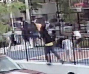 【動画】男がストリートバスケットコートに銃を撃ちまくる衝撃映像