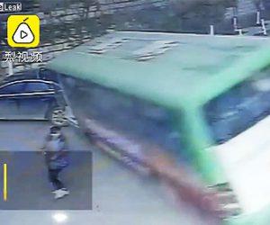 【動画】猛スピードのバスが横転し道を歩く女性を轢いてしまう衝撃事故映像