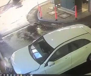 【動画】女性が運転する車が洗車機を出た直後に車止めのポールに突っ込んでしまう
