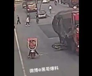 【動画】スクーター2台が接触し1台がトラックに突っ込んでしまう衝撃事故映像