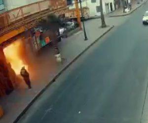 【動画】ホテルが突然爆発し外にいた男性が吹き飛ばされる衝撃映像