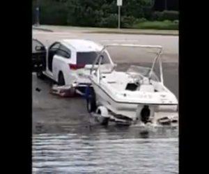 【動画】車で引っ張り川からボートを引き上げるが車がバックしてしまい…