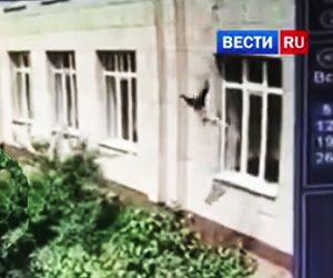 【動画】幼稚園で2歳の女の子が2階の窓から転落してしまう衝撃事故映像