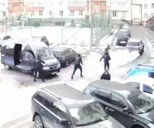 【動画】ロシアの警察官達がお粗末すぎる衝撃映像