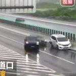 【動画】高速道路の出口に気付くのが遅れ停車してしまった車に後続車が…