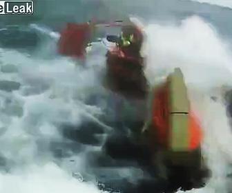 【動画】走る船が並走するボートを釣り上げ乗せようとするが恐ろしい事になってしまう