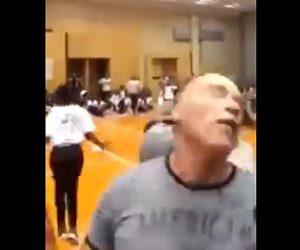 【動画】シュワルツェネッガーが男に後ろから強烈なドロップキックをされる