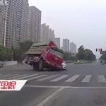 【動画】スピード出し過ぎのダンプカーが交差点が横転しSUV車を潰してしまう