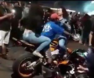 【動画】バイクにまたがる男性が女性に挟まれテンションが上がりヤバい事になる
