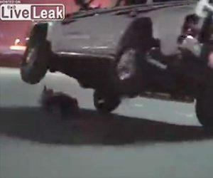 【動画】道で横になる男性の上を片輪走行で通過しようとするが失敗し…